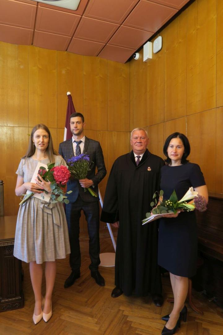 Ģenerālprokurora pienākumu izpildītājs Arvīds Kalniņš 2021.gada 5.jūlijā pieņem trīs jaunu prokuroru zvērestus